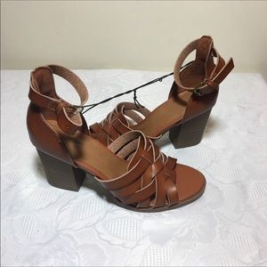 Universal thread chunky heels sandals size 6